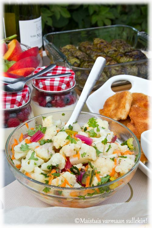 Marinoitu kukkakaalisalaatti
