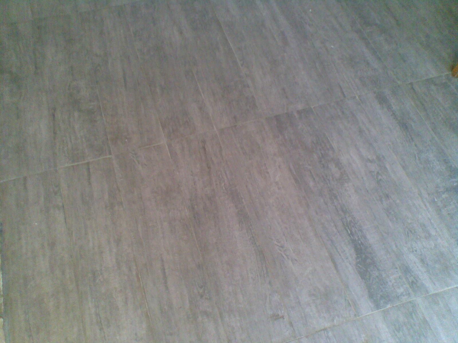porcelanato imitando madeira de demolição veio da Casa e Interior. #5C5238 1600x1200