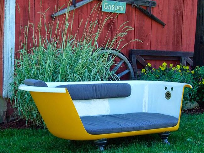 Sofá bañera amarillo instalado en un jardín