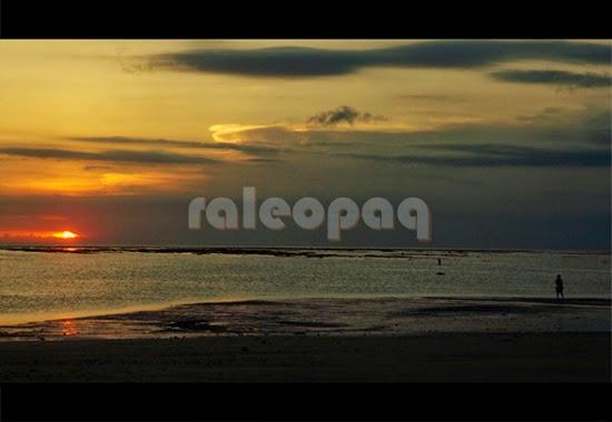 Indahnya pemandangan saat matahari akan tenggelam. Foto ini diambil di pantai Jerman, Bali.