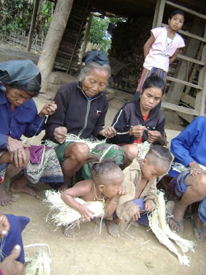 Photo: Khmu women work with kheupiad vine