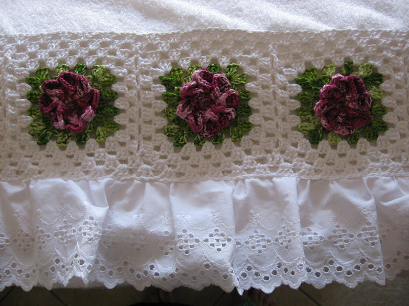 toalha de banho com barrado de croche flor dalia vinho