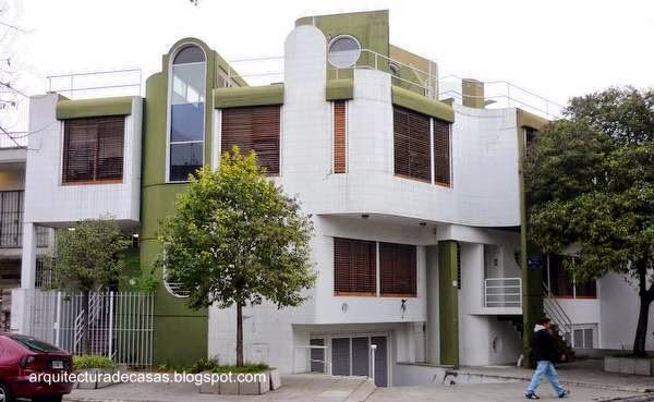 Conjunto residencial contemporáneo en esquina urbana formado de casas dúplex