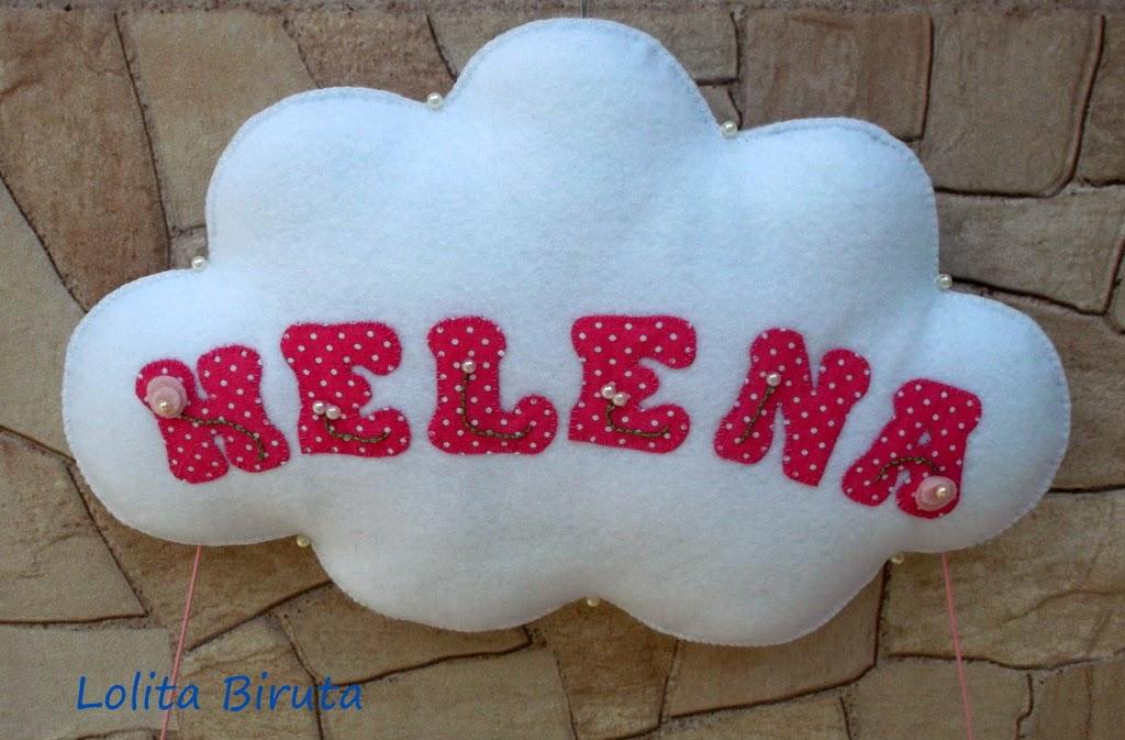 Nuvem em feltro com nome aplicado em tecido para porta de maternidade