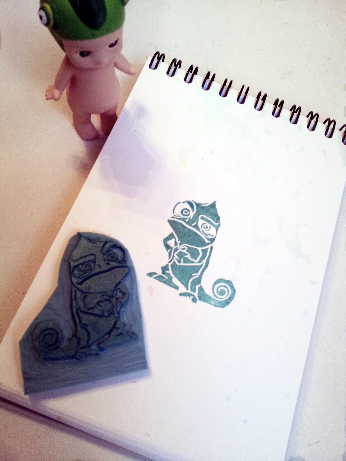 Sello hecho a mano del camaleón mas famoso de disney Pascal