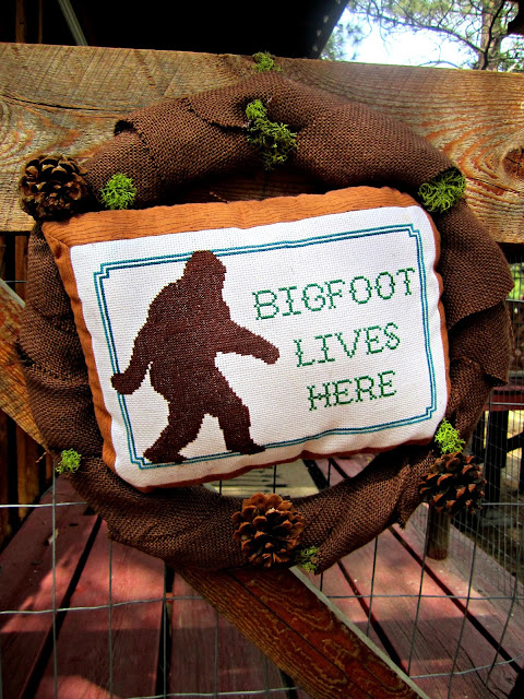 Fizzy Party's Big Foot Cocktail Party Wreath