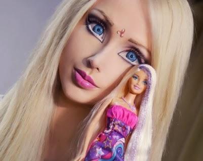 Valeria Lukyanova con una muñeca Barbie