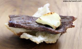 Pan, carne a la plancha y ajo