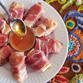 Figos amanteigados com gorgonzola, presunto de Parma e mel