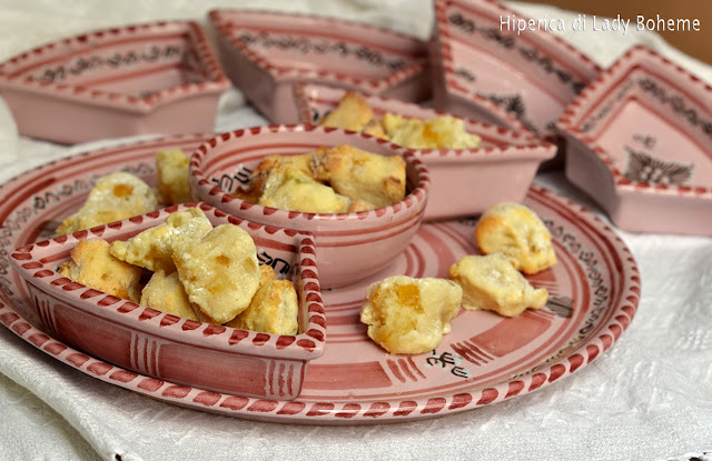 hiperica_lady_boheme_blog_di_cucina_ricette_gustose_facili_veloci_dolci_biscotti_brutti_ma_buoni_alle_mandorle_2