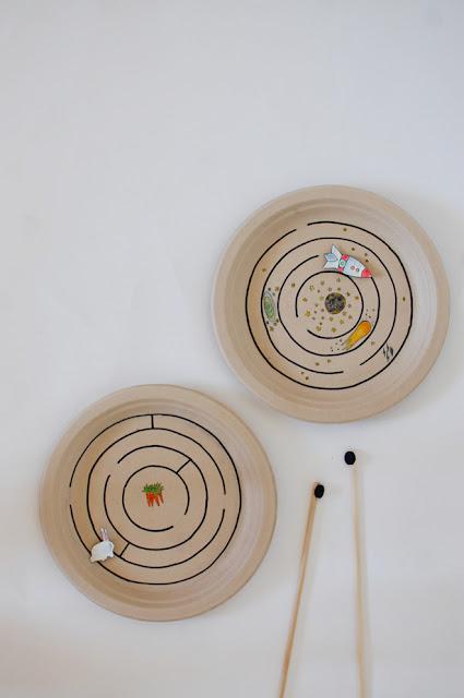 Labirinto feito com prato de papel e ímã