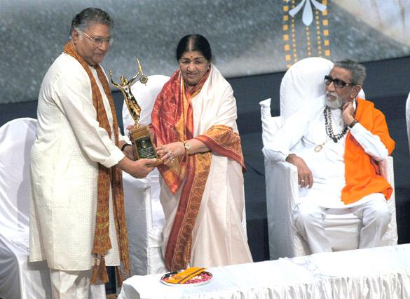 Madhuri Dixit and  Bal Thackeray at 70th Master Dinanath Mangeshkar Awards