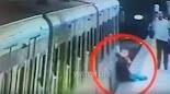 Η αμέλεια ενός μηχανοδηγού συρμού στο μετρό της Ρώμης, στην Ιταλία, παραλίγο να κοστίσει τη ζωή σε μία γυναίκα, ενώ ο ίδιος θα βρεθεί αντιμ...