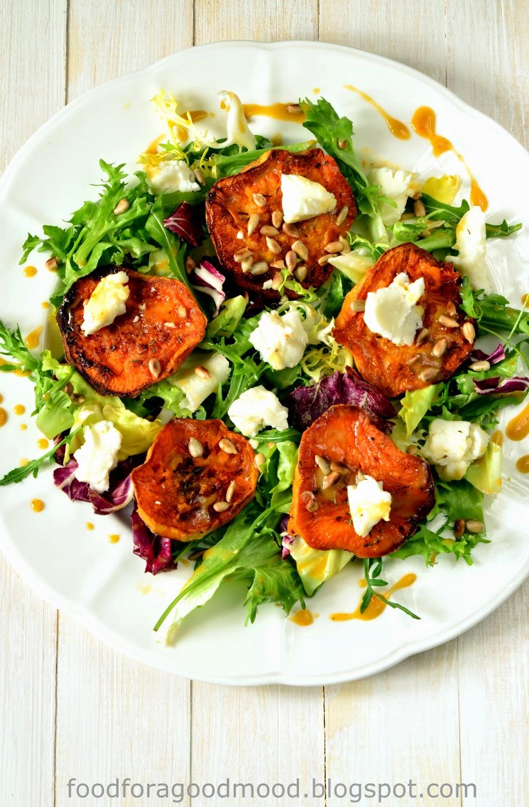 Słodko, słono i pikantnie – czyli batat, ser kozi i chilli. Lekka sałatka z sosem winegret, która świetnie nadaje się na lunch.
