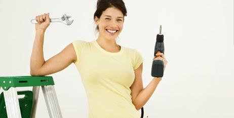 Mujer al lado de una escalera con un taladro sin cable