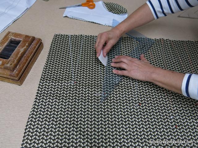 como marcar las pinzas sobre el derecho de la tela