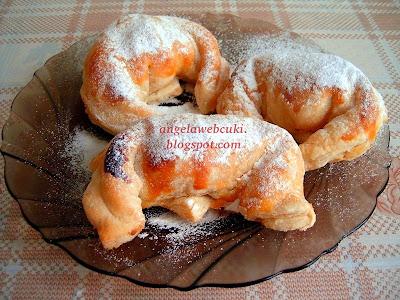Pudingos barackos kiflik, mirelit leveles tésztából, vanília pudinggal és barackkal töltve - barack helyett lehet alma vagy banán is -, porcukorral megszórva.