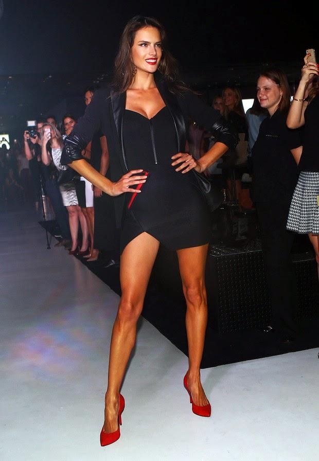 Alessandra Ambrósio usa conjuntinho preto arrasador