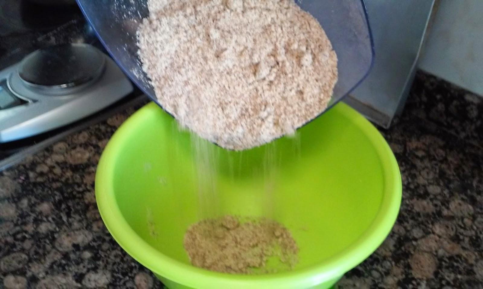 añadimos la harina de almendra para los pastelitos