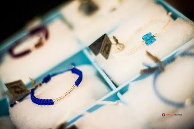 Pulsera de bolas de plata montada en cordón azulón