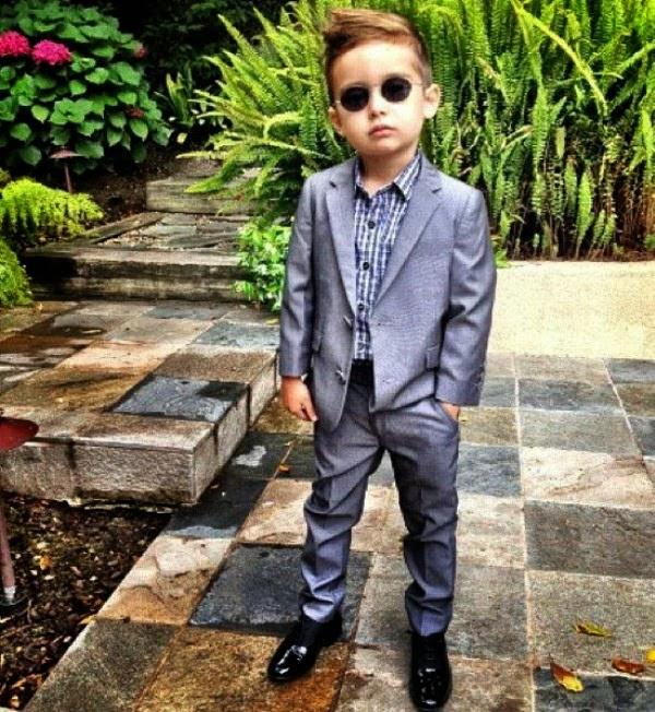Foto anak laki-laki termodis dengan style fashion berkualitas