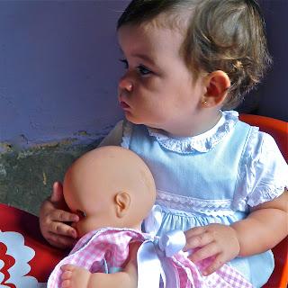 Niña con muñeco bebé. Prohibida reproducción sin permiso.