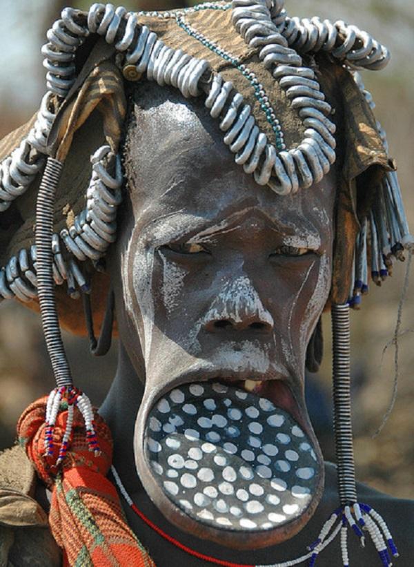 Kinh dị bộ tộc làm đẹp đeo đĩa lên môi 4