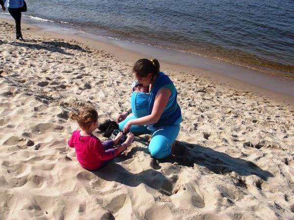 na plaży, chusta, dwójka dzieci, na bosaka