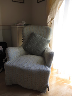 This loose covered chair looks great it is fully removable and fits the chairs shape making it hard to know its a loose cover.