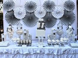 Pequeñas ideas para la gran fiesta , poner un poco de glitter color plata, muy delicadamente en arreglos florales para que tengan un toque delicado.