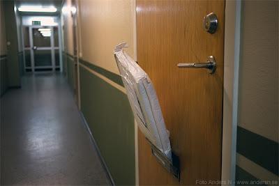 brevbärare, brevutbärning, mail man, lämnat stort brev, skrymmande brev, utanpå dörren, i brevinkastet, foto anders n