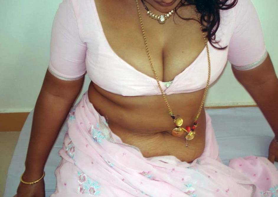 Hot Kerala Aunty Breast Massaging S And Cleavageshow In