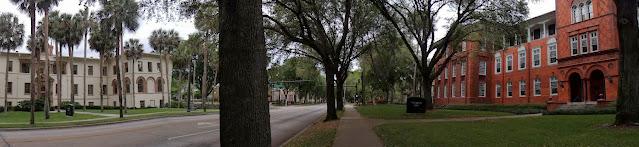 US 17 hacia el norte. A los lados el Ponce de León Hall y Elizabeth Hall en la Stetson University