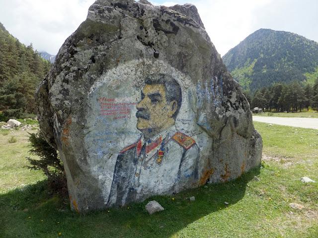 Портрет Сталина на камне