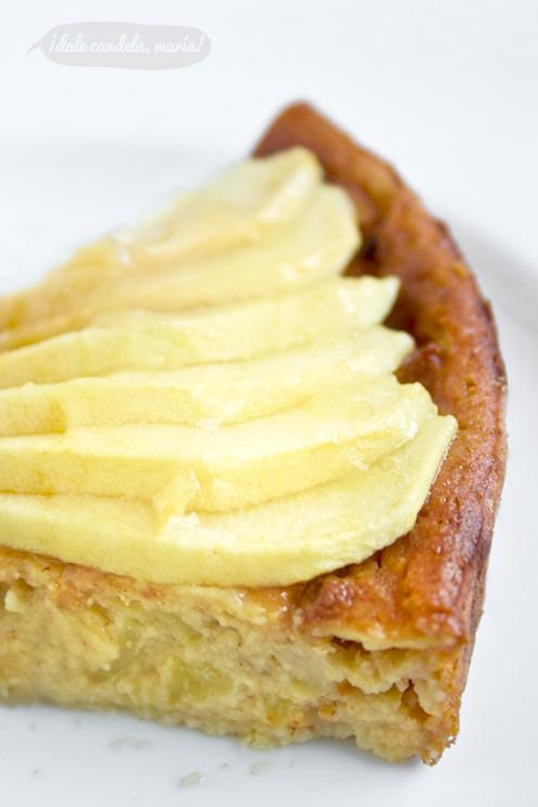 Detalle  de tarta de manzana con rodajitas de manzana