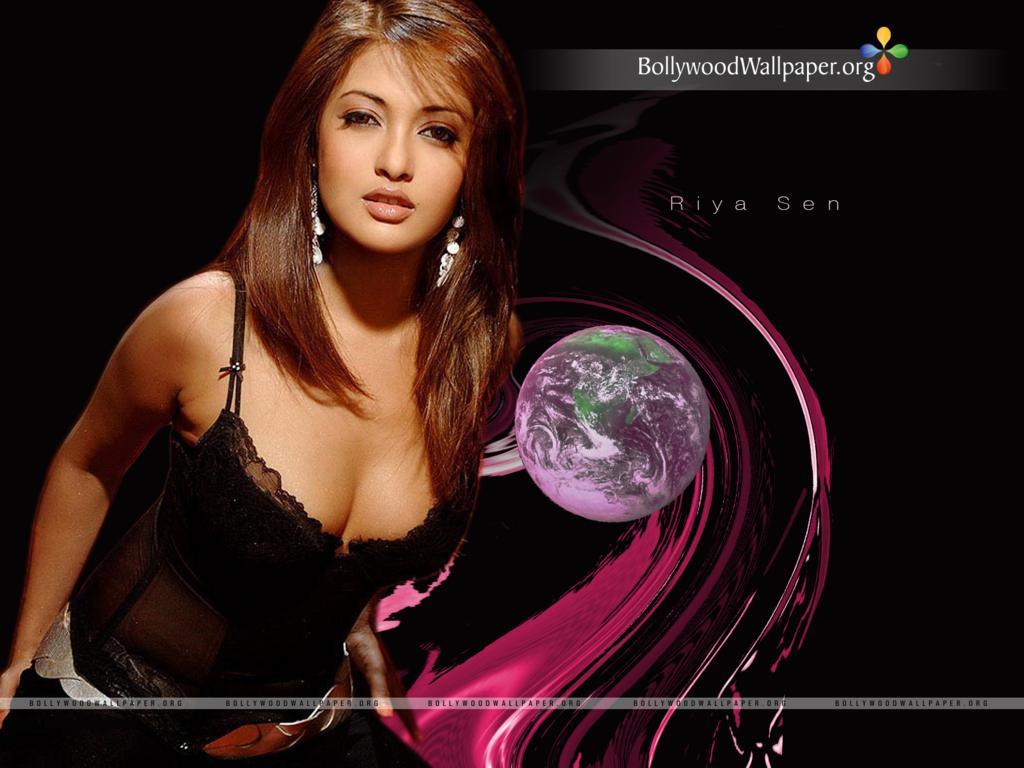 actress hot stills wallpaper of riya sen