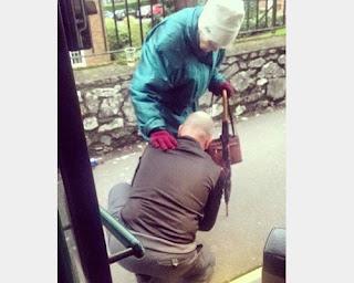 Autista ferma l'autobus e aiuta una vecchietta