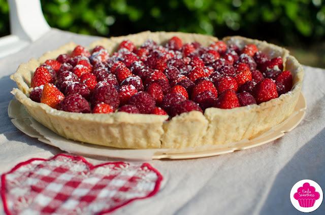 Tarte aux petites fraises entières et aux framboises