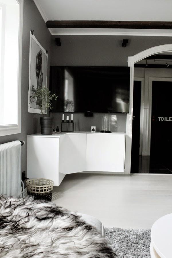 diy tv-möbel, bygga egen möbel av köksskåp, ikea, vit högblank, högblanka luckor, fårskinn, toppskiva, xl bygg, tv, love warrior, skänk, tvmöbel, tvmöbler, vitt, svart, svart och vitt, grått