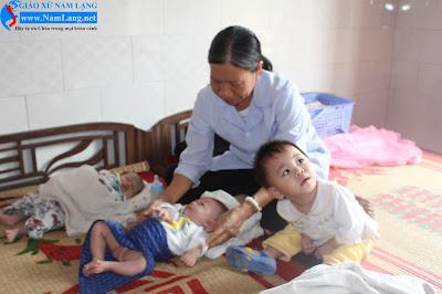 Cô Nguyễn Thị Hiên đang chăm sóc các bé.(Ảnh Vũ Hoa)