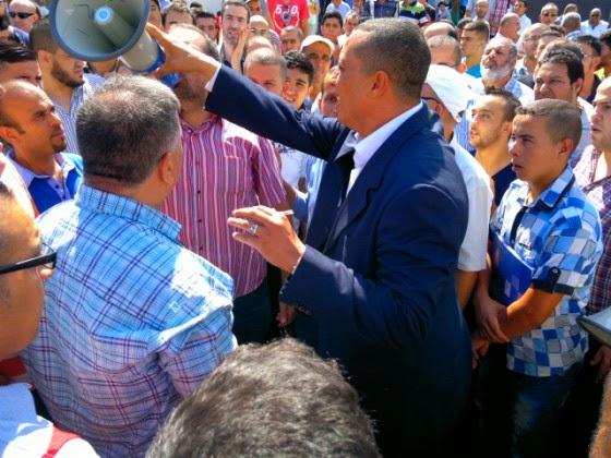 صورة باشا مدينة الناظور أثناء محاولته إزالة مكبر الصوت من يد أحد التجار الغاضبين