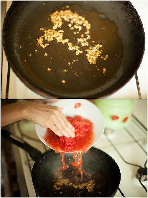 поджариваем чеснок и добавляем помидоры