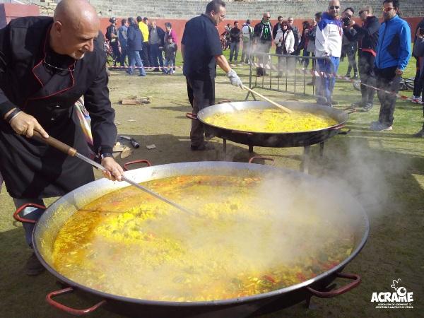 La Asociación ACRAME prepara dos paellas gigantes para una causa solidaria