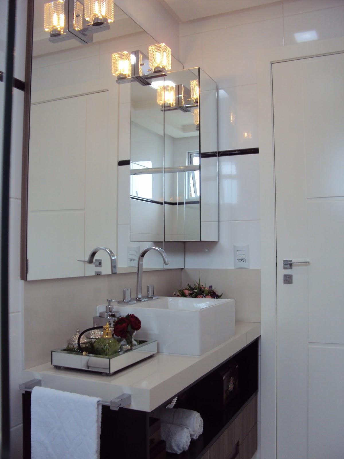 móvel aéreo revestido com espelhos para acomodar perfumes e cremes #8B6C40 1200x1600 Balcao Banheiro Com Espelho