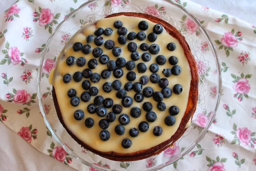 Tarta de chocolate blanco con lemon curd y arándanos