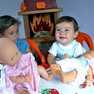 Niñas con muñeco en la casita(bebé). Prohibida reproducción sin permiso.
