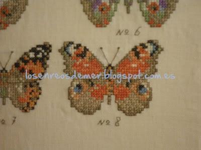 Detalle de mariposas bordadas a punto de cruz
