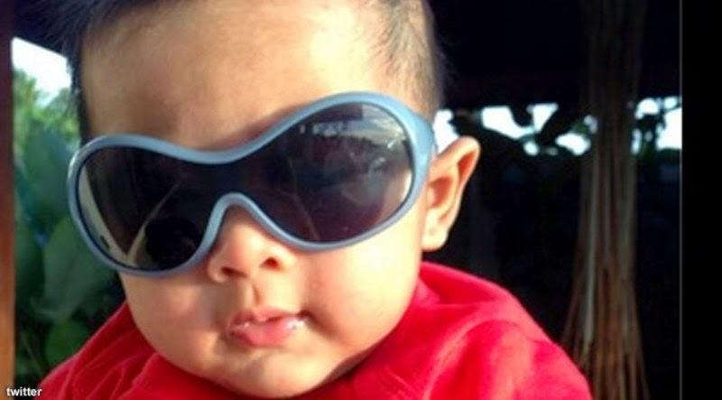 Gambar bayi lucu laki-laki memakai kacamata keren besar