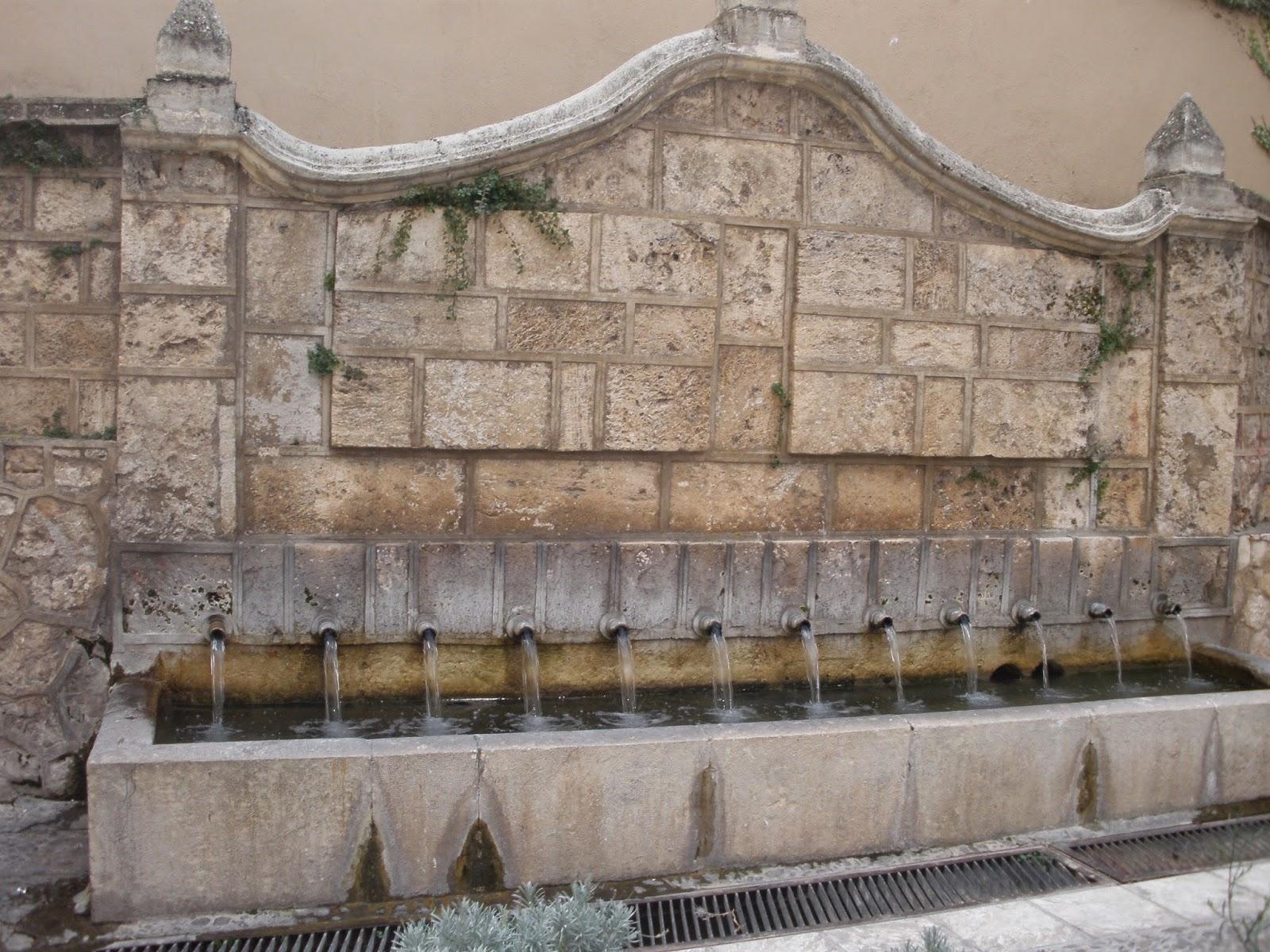 Fuente de los Doce Caños, es el apoyo de la estructura del lavadero que hay a su espalda.