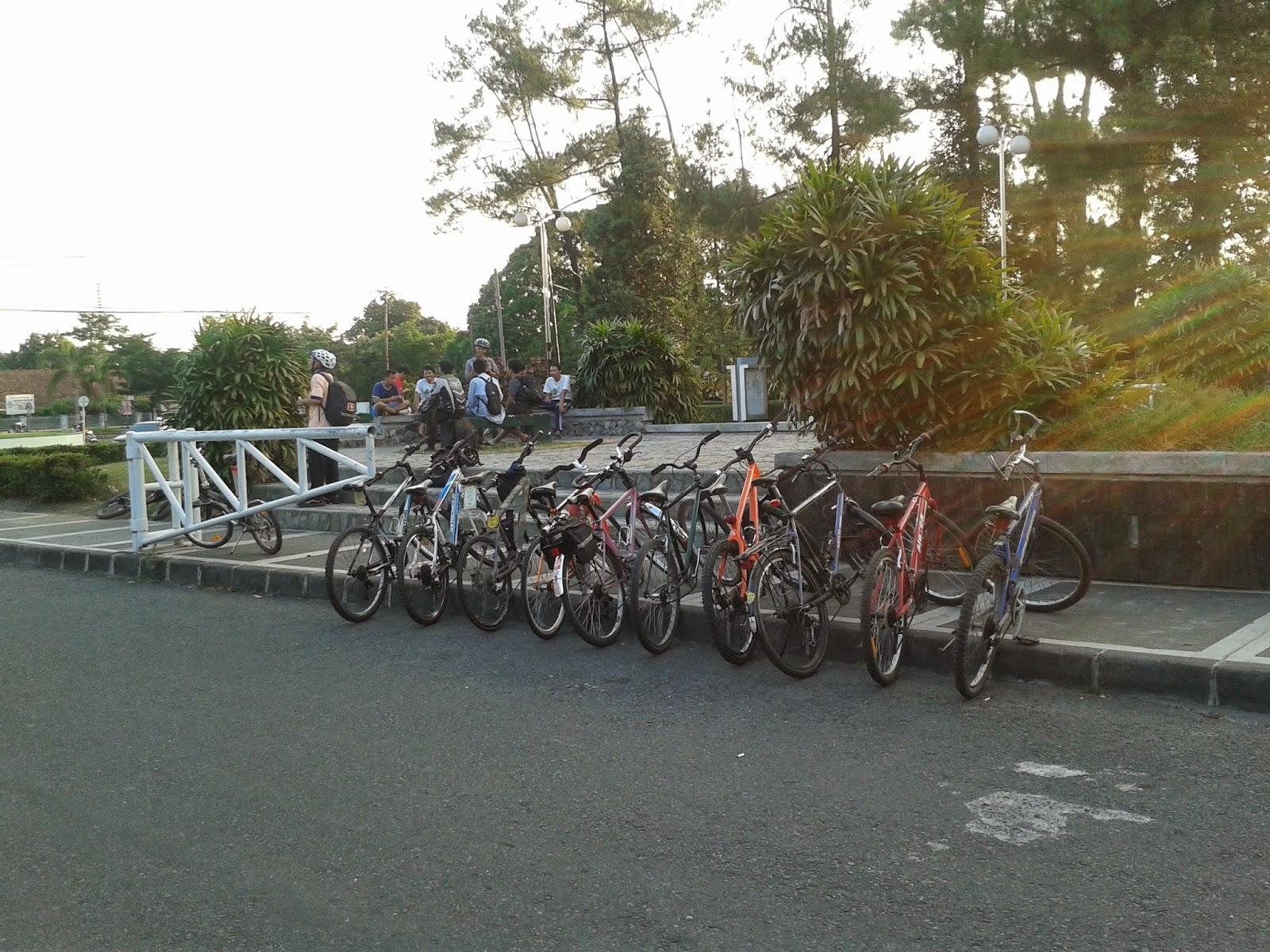 Sepeda terparkir rapi dibunderan UGM
